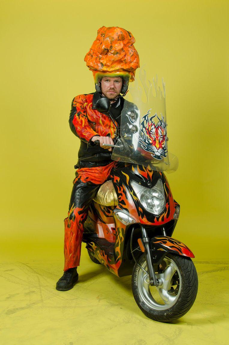 Zelfportret Jan Hoek op de Vuurscooter: 'Ik wilde de allerstoerste.' Beeld Jan Hoek