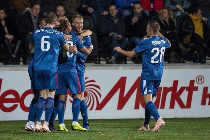 De spelers van Feyenoord vieren de openingstreffer.