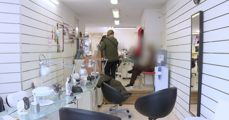 Still uit de video die Inspectie SZW maakte van de inval in de nagelsalon.