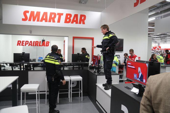 De politie stelt orde in de Mediamarkt in Leidschendam.