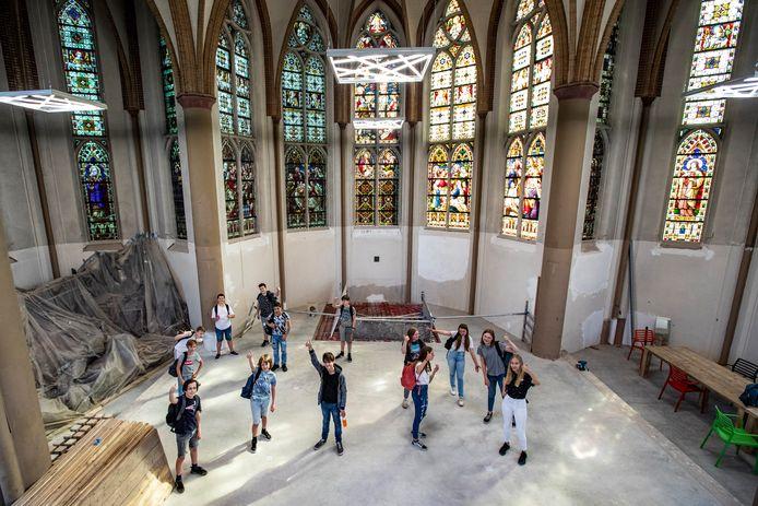 De eerste schooldag van leerlingen in de Heilig Hartkerk in Deventer, kort voor de zomer.