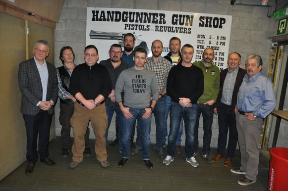 De clubkampioenen van HSV met burgervader Luc Vleugels, gemeenteraadslid Eric Verbist en voorzitter van de club Carlos Lagae