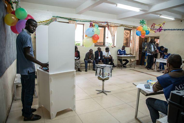 Er waren zondag berichten over elektronische stemmachines die het niet deden, kieslokalen die te laat opengingen en kiezers die hun naam niet konden terugvinden. Beeld AFP