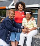 Iskamella Wennekes met haar moeder die eind vorig jaar plotseling overleed, en haar dochter