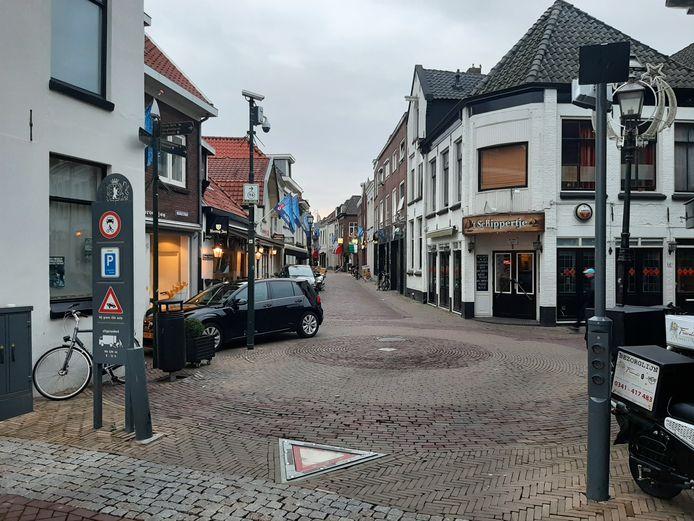 Op de hoek van de Vijhestraat (rechts) en de Bruggestraat wordt in de bestrating een plein aangeduid, met plek voor terrassen.