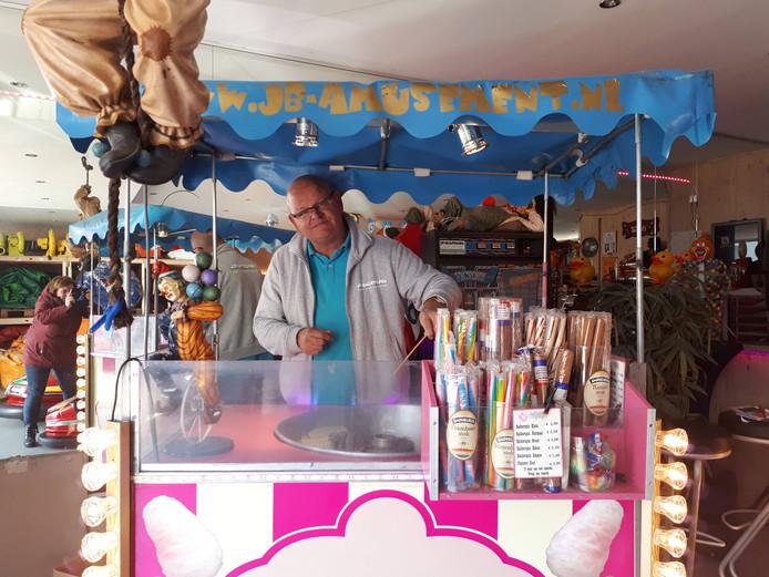 Jurgen Brants in zijn suikerspinkraampje.