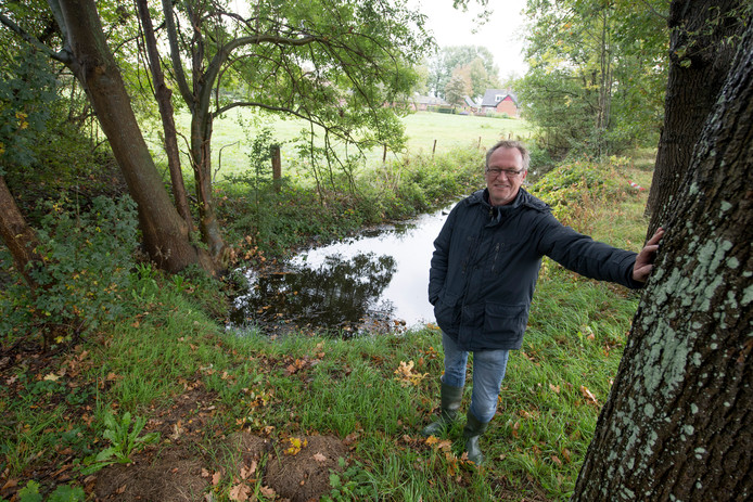 Amateurarcheoloog Bert Terlouw bij de plek in Luttenberg waar in 2017 de restanten van een havezate werden ontdekt.