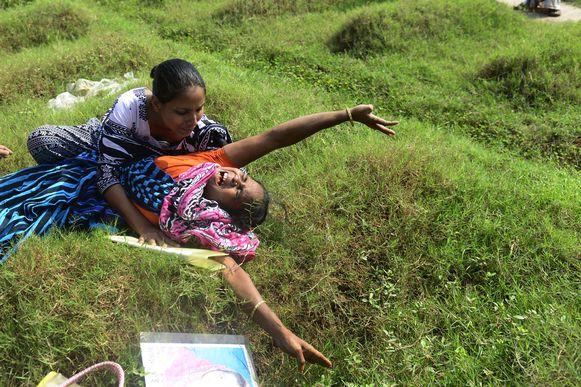 Een moeder rouwt bij het graf van haar overleden dochter.