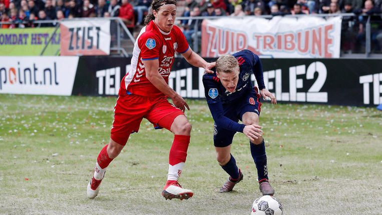 Donny van de Beek in duel met Utrecht-speler Giovanni Troupee Beeld Pro Shots / Stanley Gontha