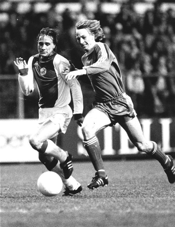 Adri Koster (r) duelleert namens PSV met Ajacied Peter Boeve in de halve finale van het KNVB bekertoernooi van 1980.