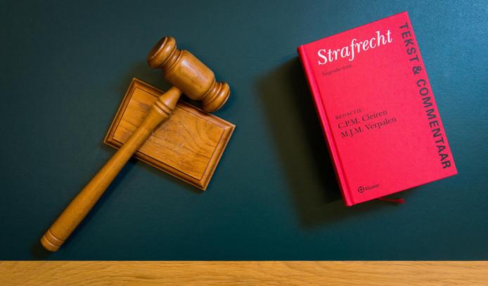 Hamer en wetboek in de rechtbank.