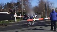 Hallucinant beeld: fietsers rijden gesloten spoorweg over in Astene