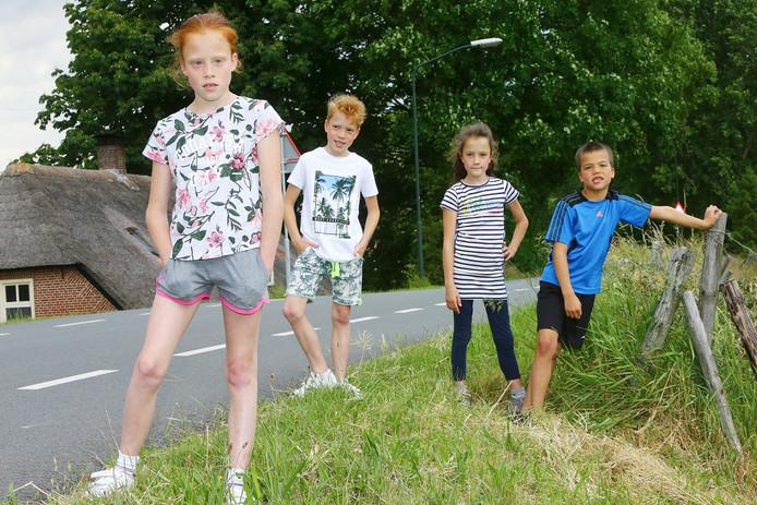 De drieling Liz, Mel en Tes (van links naar rechts). Daarnaast broertje Jax.