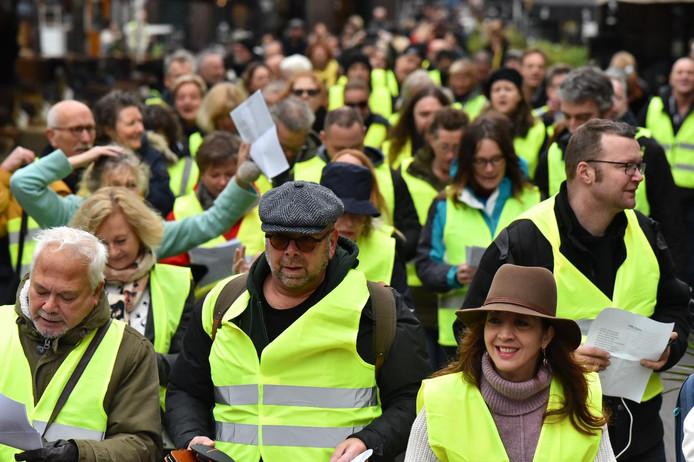 Gele hesjes in Den Haag, maar voorop Jan Dijkgraaf en Ebru Umar .