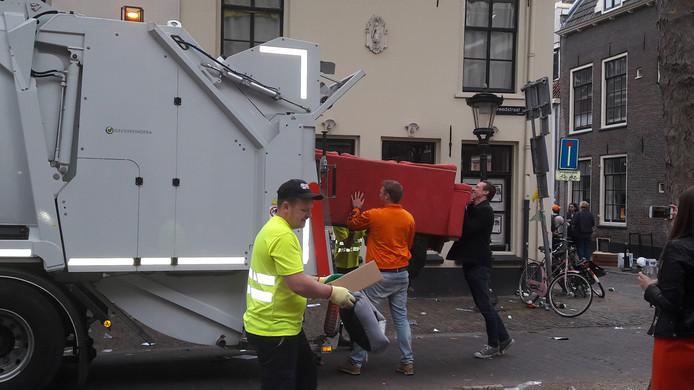 In de Breedstraat verdwijnt een compleet bankstel in de vuilniswagen.