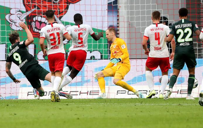 Wout Weghorst (l) schiet de gelijkmaker binnen tegen RB Leipzig.