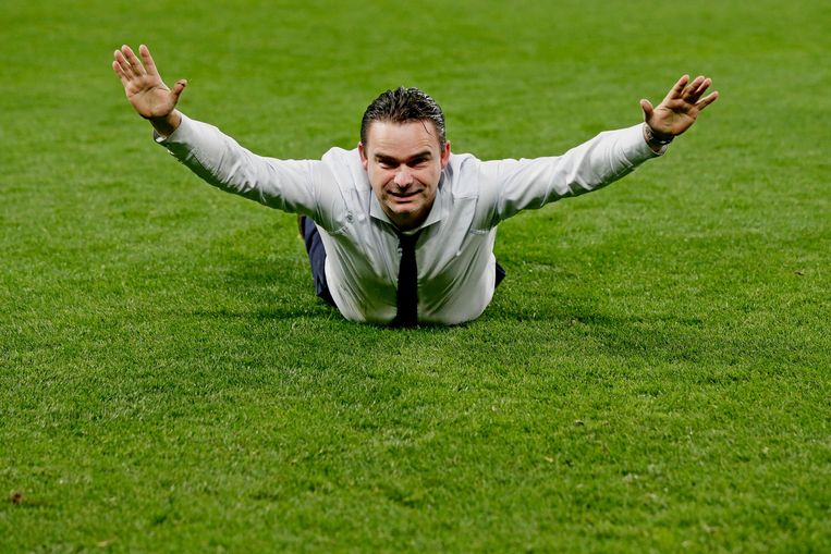 Technisch directeur van Ajax viert de overwinning op Juventus met een buikschuiver. Beeld BSR Agency