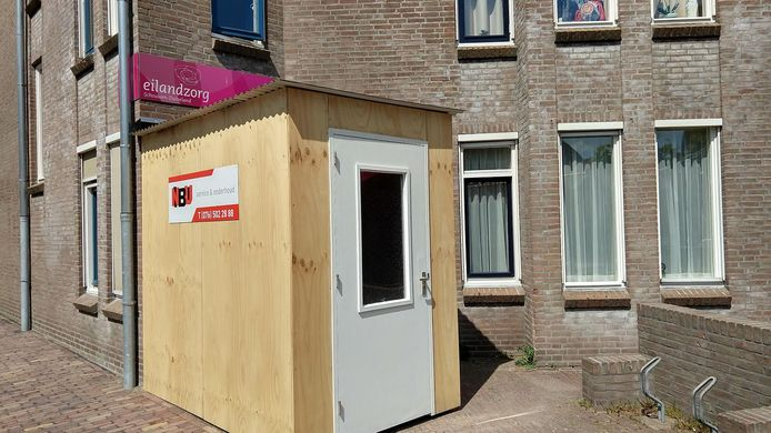 De babbelbox, die door aannemer NBU en de Vrienden van Eilandzorg is bekostigd. Van buiten lijkt het een eenvoudige aanbouw. Maar van binnen is het er, met een plantje en een schilderijtje, best gezellig