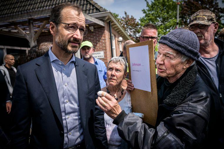 Minister Eric Wiebes van economische zaken brengt samen met minister Kajsa Ollongren (binnenlandse zaken) een bezoek aan het dorpshuis in Westerwijtwerd. Gisterochtend lag hier het epicentrum van de aardbeving met kracht 3.4. Beeld Kees van de Veen