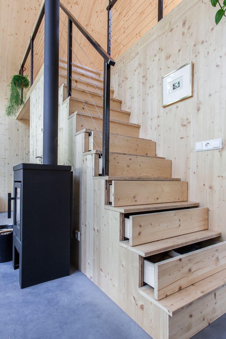 In de trap zijn lades verwerkt die functioneren als opslagruimte. Elke centimeter in dit huis is nuttig en goed besteed.  Beeld null