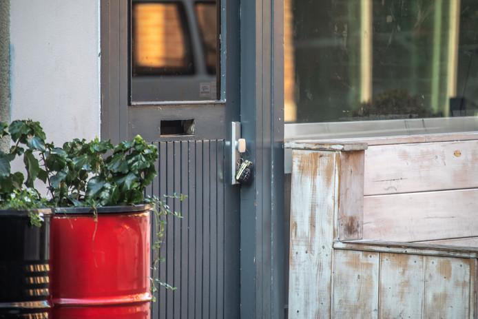 Handgranaat aan de deur van café Bruut in de Voorstraat in Zwolle.