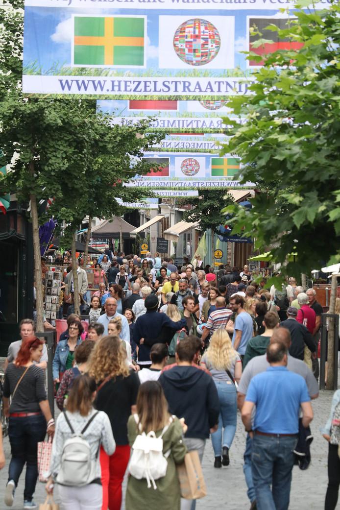 Het was zaterdagmiddag al druk in de Lange Hezelstraat.