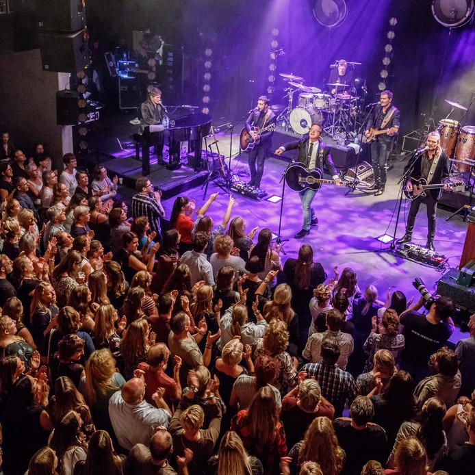 Guus Meeuwis treedt op in een overvol Gebouw T in Bergen op Zoom. Foto: Marcel Otterspeer / pix4profs