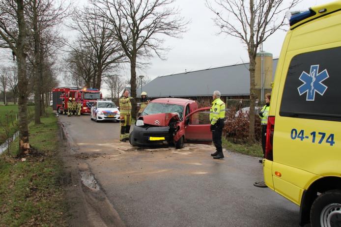 De bestelauto raakte bij het eenzijdige ongeval ter hoogte van de Flierefluiter total loss. De bestuurder liep diverse verwondingen op.