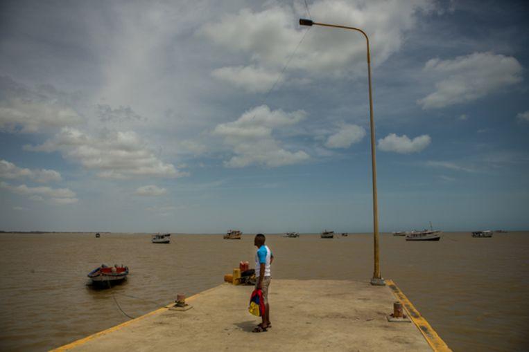 De kade van La Vela de Coro met de bootjes die groente en fruit naar Curaçao brengen en schaarse spullen ophalen. Vaak gaan er ook migranten mee.  Beeld Manaure Quintero