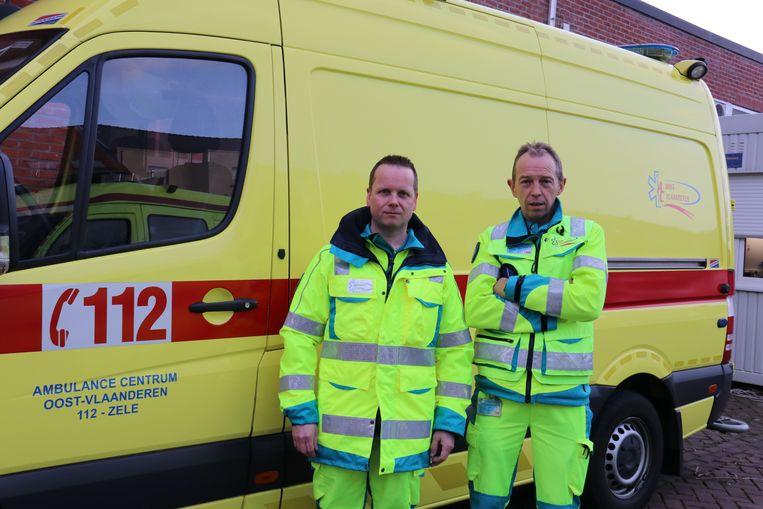 Hulpverleners Martin en Ivan bij hun ambulance, die vroeger wel steevast geflankeerd werd door een signalisatiewagen.