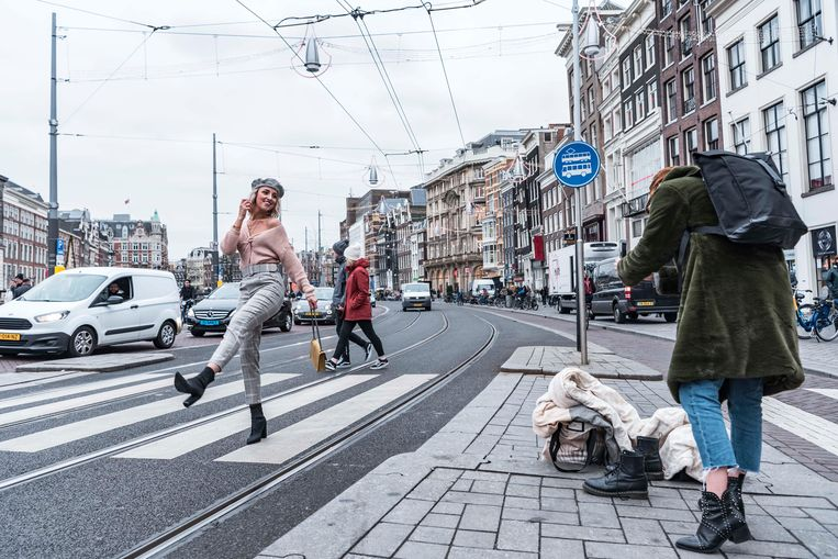 Dyonne (@xdyonnex) en Dani (@danizijlstra) op het Rokin in Amsterdam. Beeld Bo Borkus