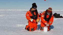 """Microplastics zijn nu overal, zelfs op de Noordpool: """"Mensen ademen ze voortdurend in"""""""
