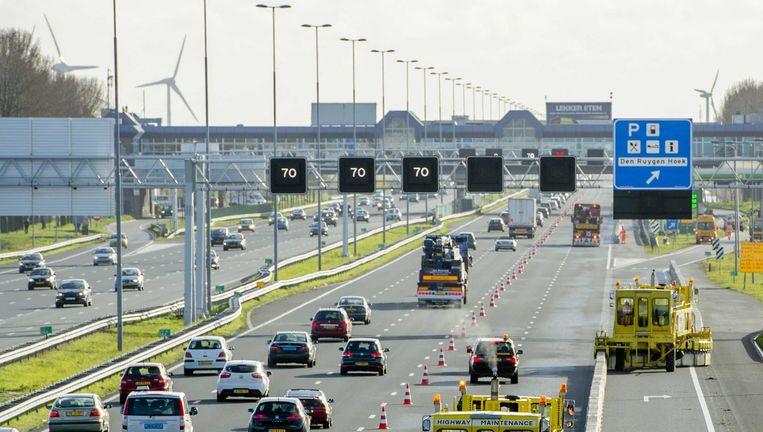 Rijkswaterstaat plaatst een Quickchange Moveable Barrier (QMB) op de snelweg A4. Beeld ANP