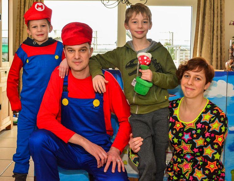 Politie-inspecteur Mario Debrouwere, alias Animo Mario, met zijn echtgenote Dina De Graeve en hun twee zonen, Bram (6) en Lander (8).