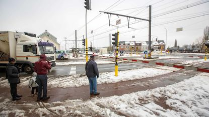 Overweg uur lang gesloten: verkeer draait in de knoop