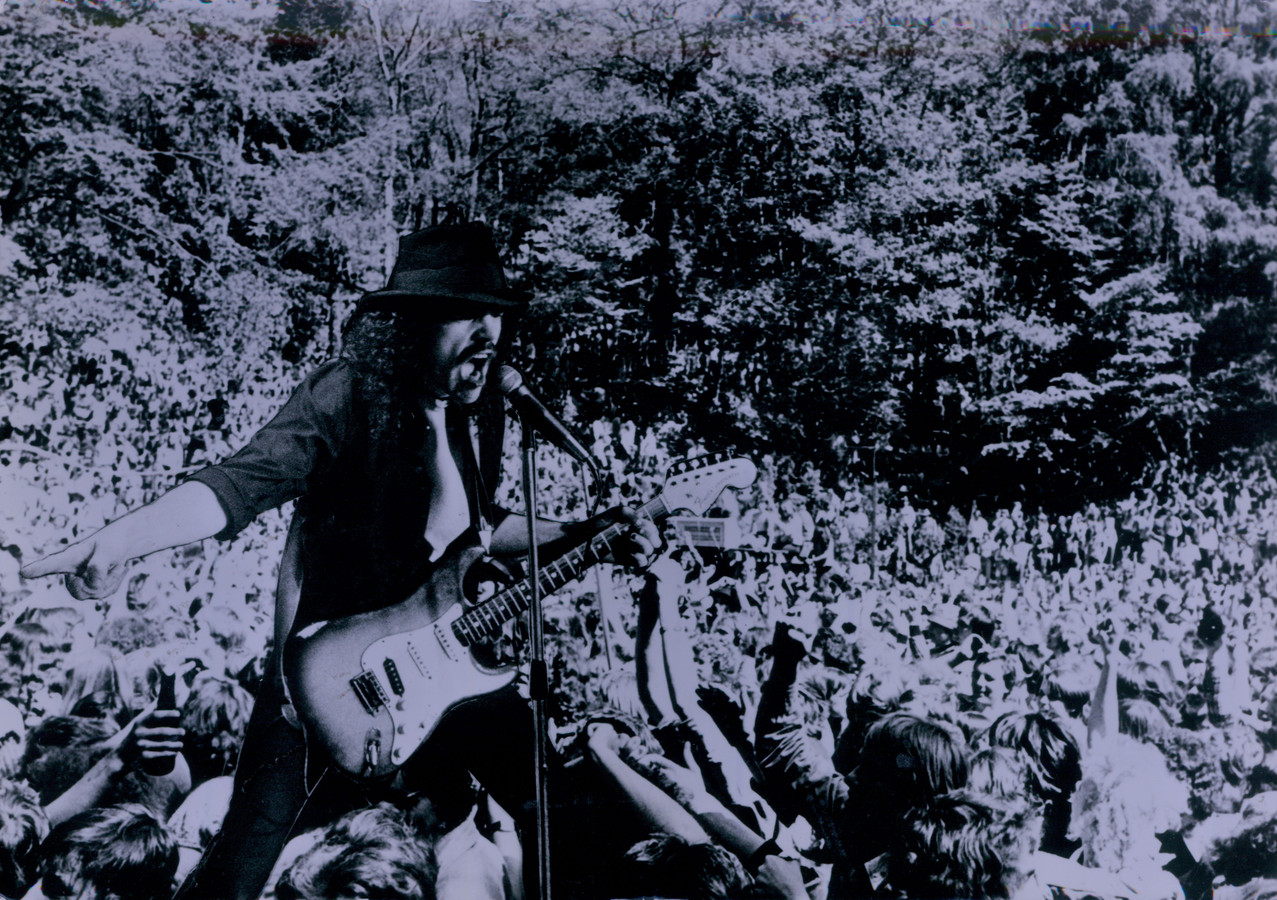 Bennie Jolink alias Buizend Beernd op de Popmeeting in Lochem. Daar maakte Normaal 45 jaar geleden zijn debuut.