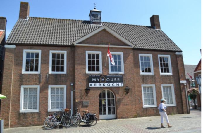 Het voormalige gemeentehuis aan de Groote Markt in Sluis, ook een ontwerp van Jos. Bedaux