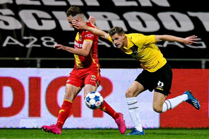 De Schot Frank Ross (links) snelt langs Darwin Heuvelman, die als enige coacht bij NAC Breda in de bekerwedstrijd tegen Go Ahead Eagles.