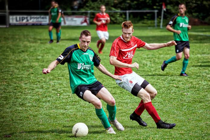 Frits Verheijen (rode shirt) wordt enorm gemist bij Gesta (archieffoto).