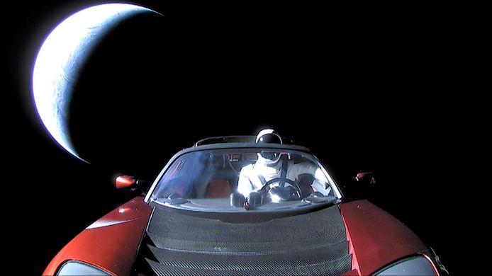 De rode Tesla, hier op door SpaceX bewerkt beeld met een dummy op de bestuurdersstoel, zou inmiddels al voorbij Mars zijn.