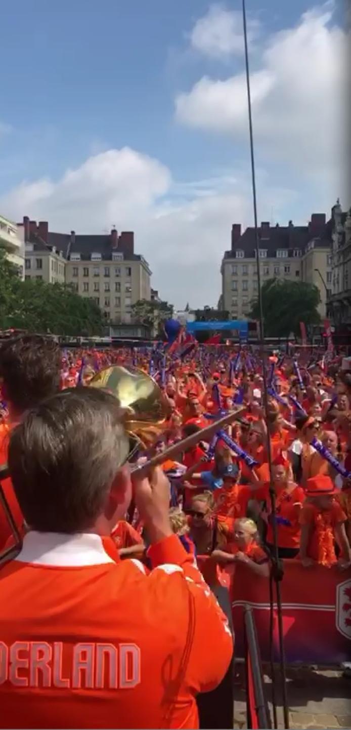 Dweilorkest 't Spul(t) uit Zutphen op het bomvolle supportersplein in Valenciennes.