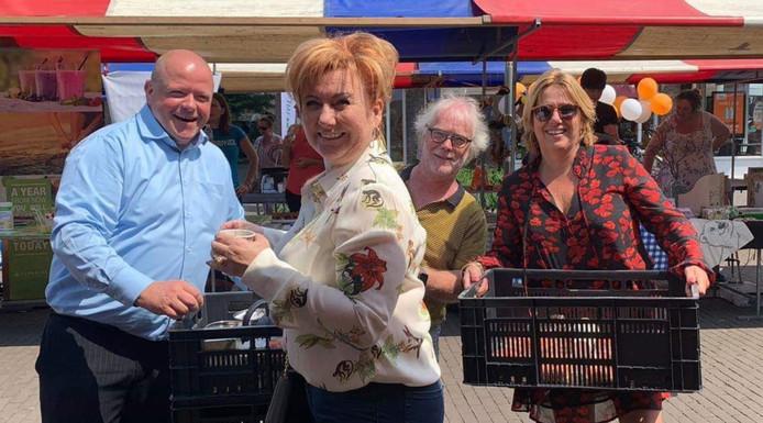 Leden van de BIZ en een standhouder gaan rond met koffie en donuts: Wouter Griep, Marisca van Brussel, Menno Bertram en Jacqueline Scheffers.