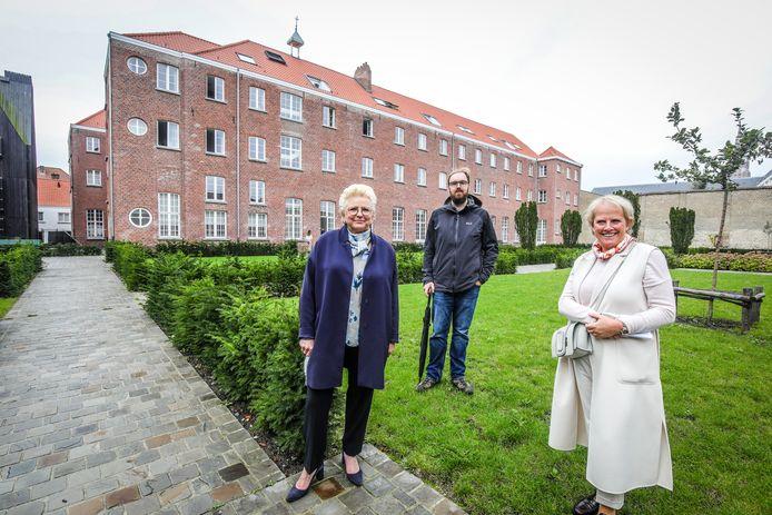 Kunstacademie Brugge huurt een stuk van het klooster van de Redemptoristen. Op de foto staan Ann Minne Soete, Mario Van Campenhout gebouw beheerder en Minou Esquenet.
