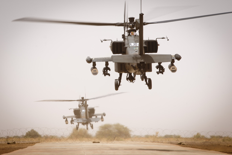 Nederlandse Apache-helikopters op het vliegveld van Gao, Mali. Beeld ANP