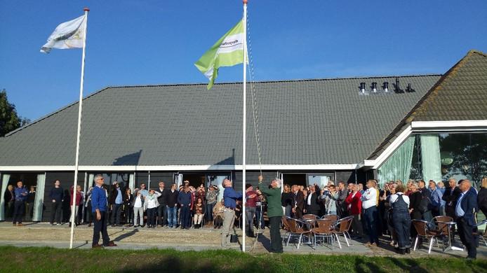 De vlaggen worden gehesen bij de heropening van Versvliet.