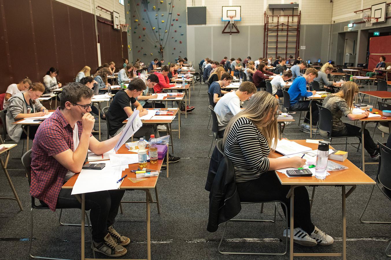 Leerlingen van middelbare school Notre Dame tijdens een eerder examen scheikunde (archieffoto).