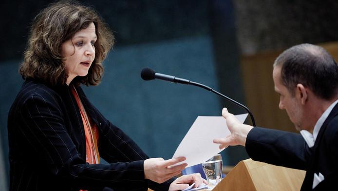 Minister Schippers van Volksgezondheid tijdens een debat over zorgfraude