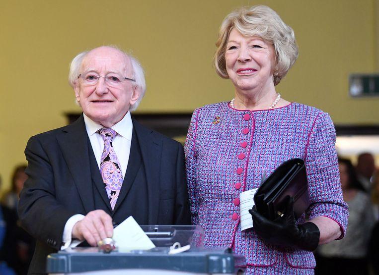 De Ierse president Michael D. Higgins en zijn vrouw brengen in Dublin hun stem uit voor het godslastering-referendum en de presidentsverkiezing. Higgins wordt naar alle waarschijnlijkheid herkozen. Beeld REUTERS
