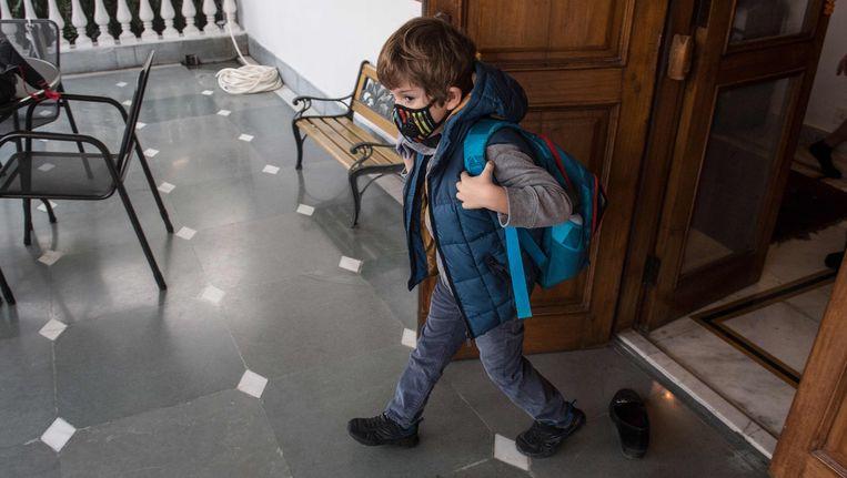 De vijfjarige Tiberius uit New Delhi, India draagt een gezichtsmaskertje om de vervuilde lucht in de Indiaase hoofdstad niet te hoeven inademen.