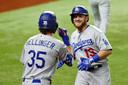 Blijdschap bij Los Angeles Dodgers na de homerun van Max Muncy in de vijfde inning.